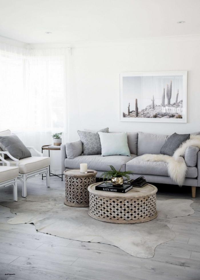 wohnzimmer gestalten, teppich aus ecktleder, runde kaffeetische set, boden aus holz
