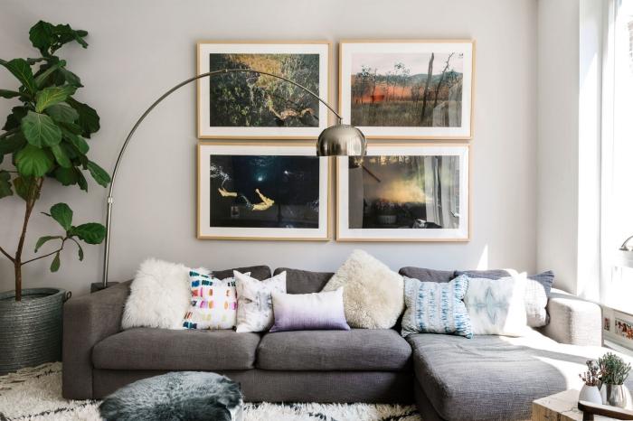wohnzimmer gestalten, wanddeko bilder, flauschige dekokissen, große pflanze, silberne lampe