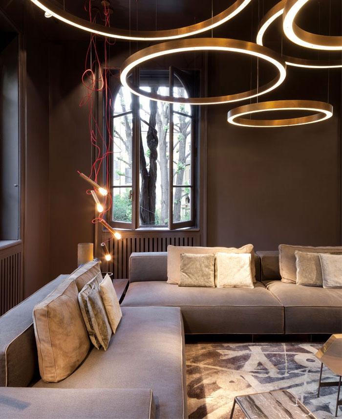 wohnzimmer gestalten, wohnzimmerbeleuchtung ideen, runde led leuchten, pendellecuhten