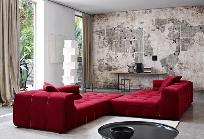 wohnzimer ideen, einrichtung in industrial stil, wand im industrial look, großes rotes sofa