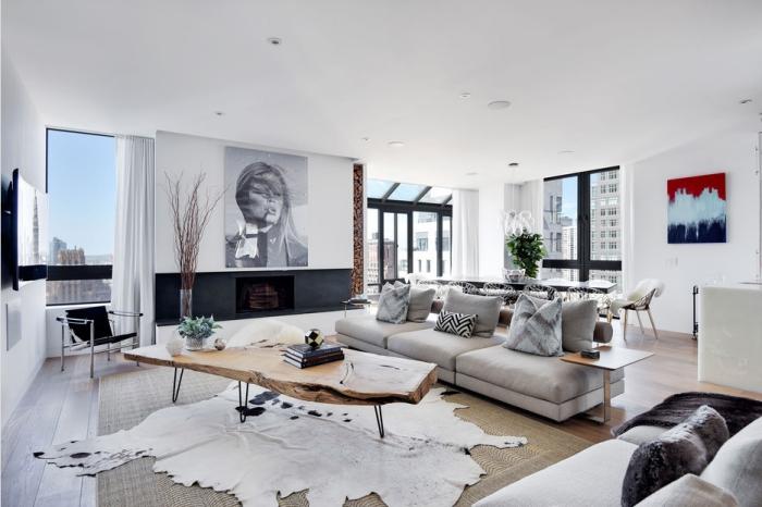 wohnzimmer ideen, graues sofa, großes bild über der kamin, teppich aus echtleder, tisch aus massivholz