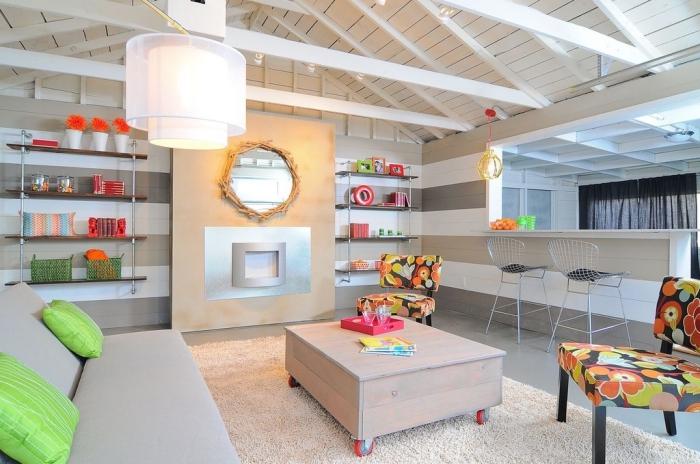 farbenfrohe stuhle, einrichtung in creme und weiß, wohnzimmer ideen, wanddeko spiegel