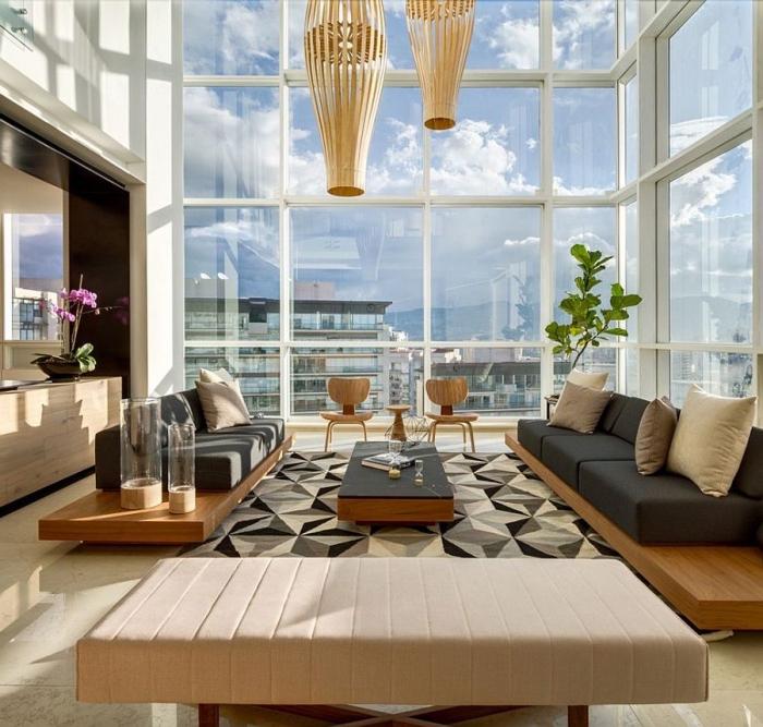 wohnzimmer ideen für kleie räume, teppich mit geometrischen motiven, möbel mit holzgrundlade und schwarzen sitzkissen