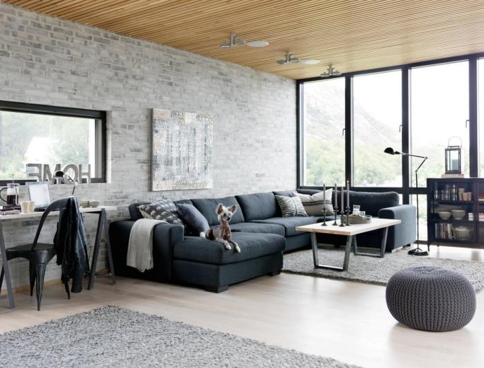 graue ziegelwand, geflochtener hocker, eirncihtung in industrial stil, wohnzimmer ideen modern