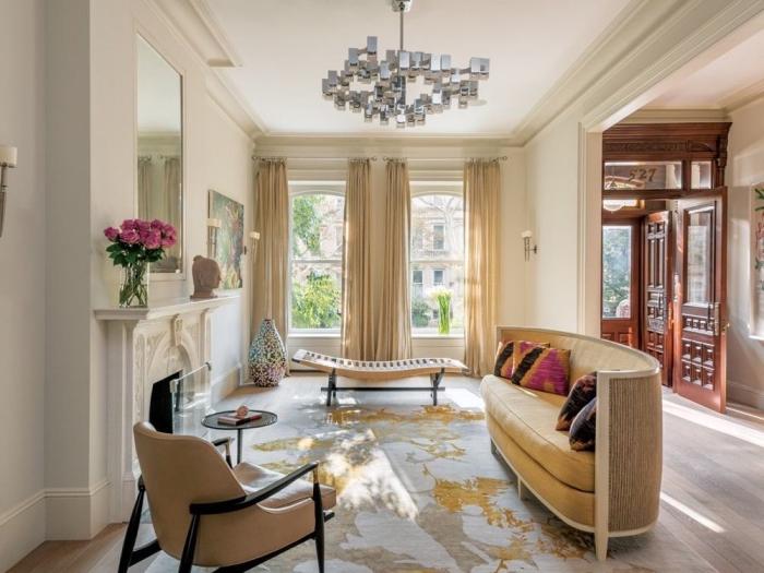 wohnzimmer ideen, designer möbel, einrichtung in beige und creme, silberne pndelleuchte