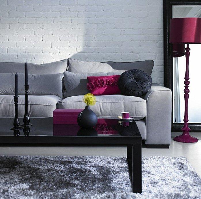 ein schwarzer Tisch, ein graues Sofa, lila Lampe, grauer Teppich, Wohnzimmer Weiß Grau