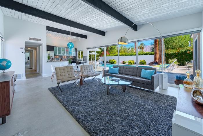 wohnzimmergestaltung, einrichtung in grau und weiß, meerblaue farbakzente, fleuschiger teppich
