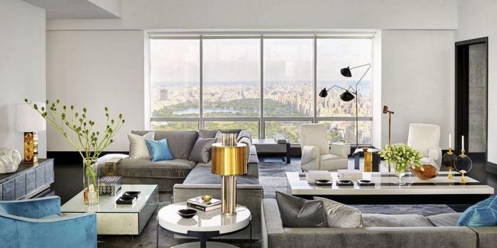 moderne einrichtung in weiß und grau mit blauen farbakzenten, wohnzimmergestaltung, goldene dekoartikel