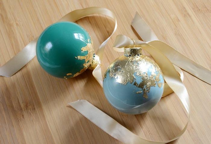 die goldene Schönheit von zwei Weihnachtskugeln, Weihnachtskugeln bemalen