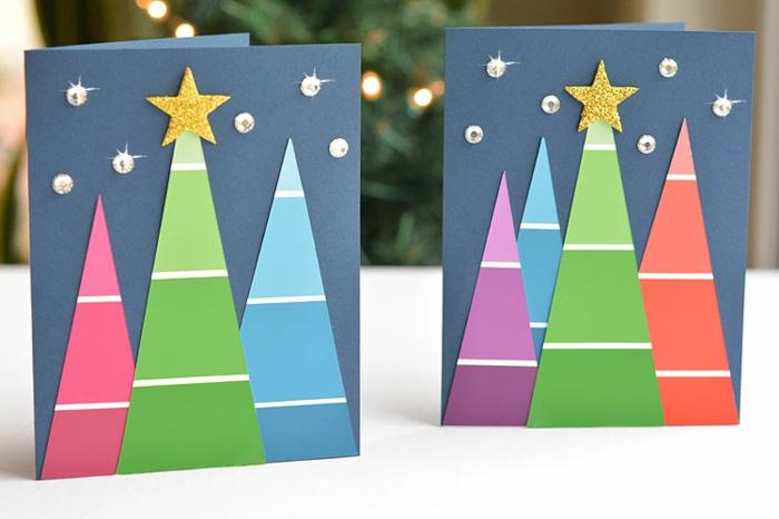zwei Karten mit bunten Tannenbäumen aus Farbproben, Glasperlen als Sterne, Grußkarten Weihnachten