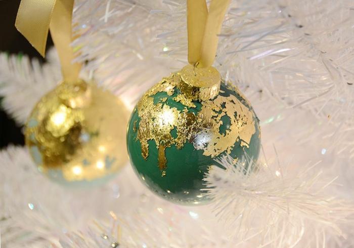grüne und blaue Kugeln, goldene Schleifen und goldene Dekorationen, Weihnachtskugeln bemalen