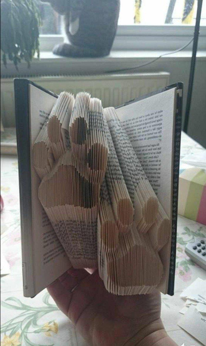 zwei Pfoten aus Papier, für die Menschen, die Tiere gern haben, gefaltete Bücher wie Hundpfoten