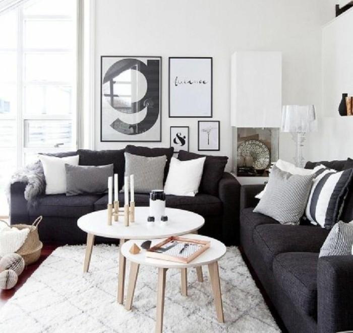 zwei schwarze Sofas, ein weißer Teppich, Wohnzimmer Weiß Grau, weiße Wandfarbe, schöne Bilder