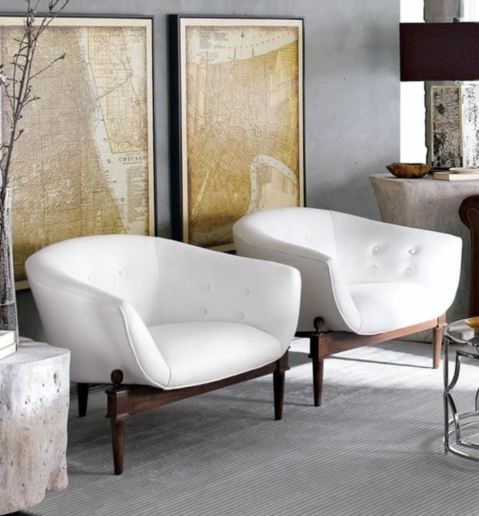 zwei Sessel in weißer Farbe, ein grauer Teppich, Landkarte als Bilder, Wohnzimmer Weiß Grau