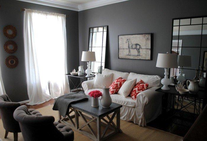 graue Wandfarbe, weißes Sofa, rote Kissen, zwei Spiegel, ein Laminat, Wohnzimmer Weiß Grau