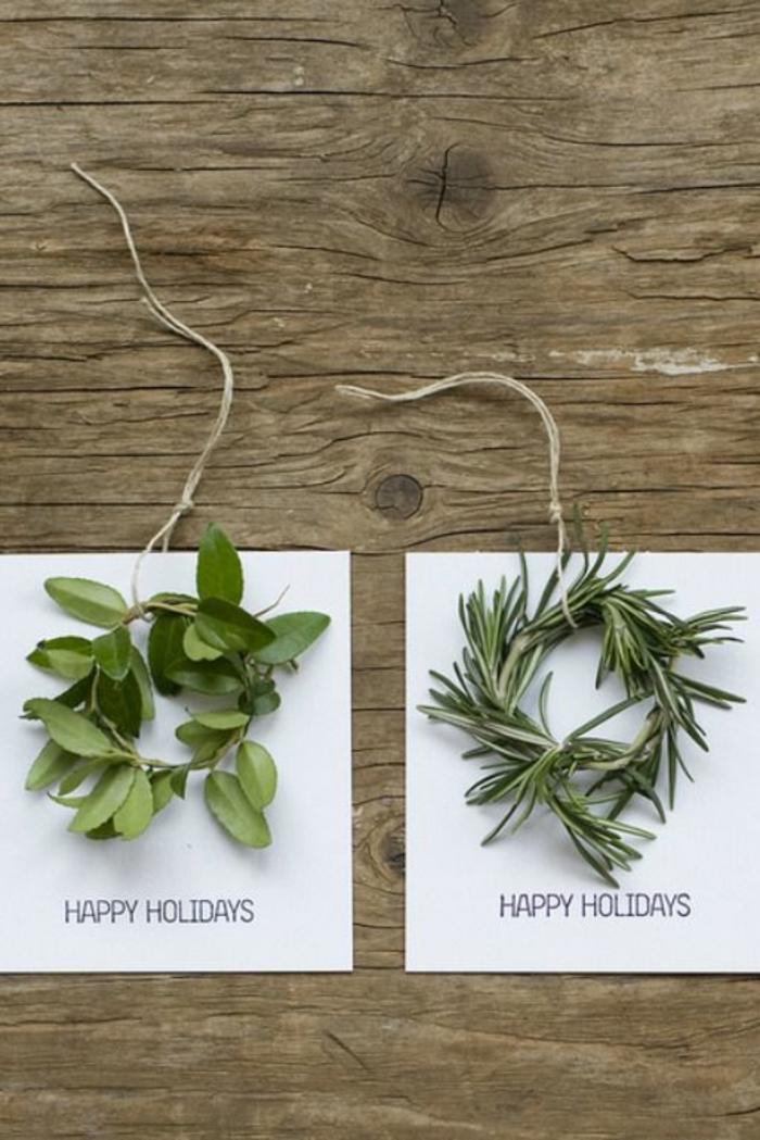 weiße Karten, grüne Zweige, Happy Holidays geschrieben, Weihnachtskarten Design