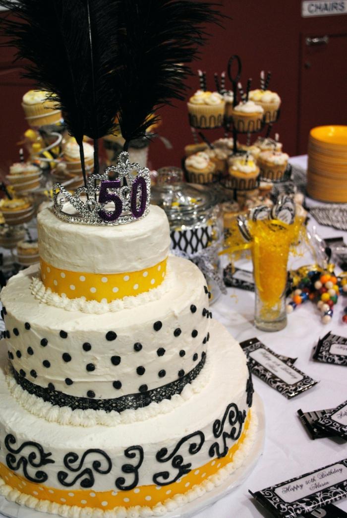 eine Torte mit bunten Motiven, Kerzen mit den Ziffern 50, 50 Geburtstag Frau, eine Krone auf die Torte