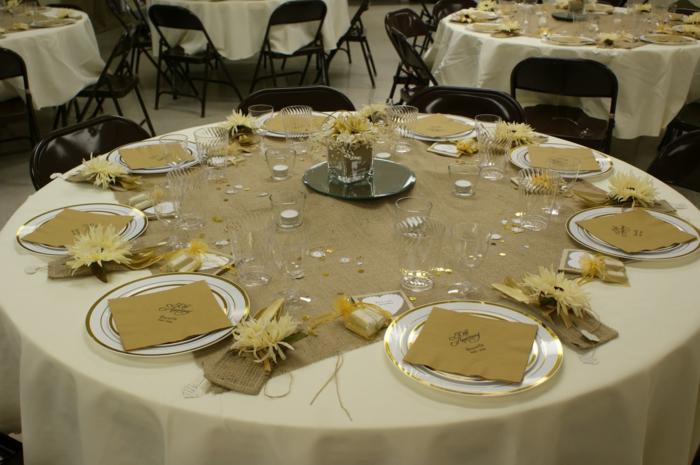 Geburtstagsdeko, rustikale Deko mit weißer Tischdeko und Sackleinen Tischläufer, gelbe Blumen