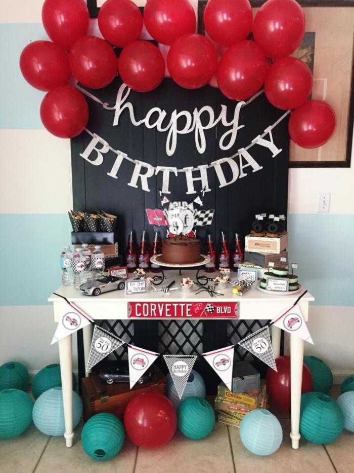 schwarzes Brett, rote Ballons, eine Girlande, eine Schokoladentorte mit Kerzen, 50 Geburtstag Frau