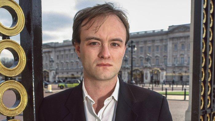 leave vote, Dominic Cummings, brexit film, grüner grass und ein mann mit einem schwarzen anzug