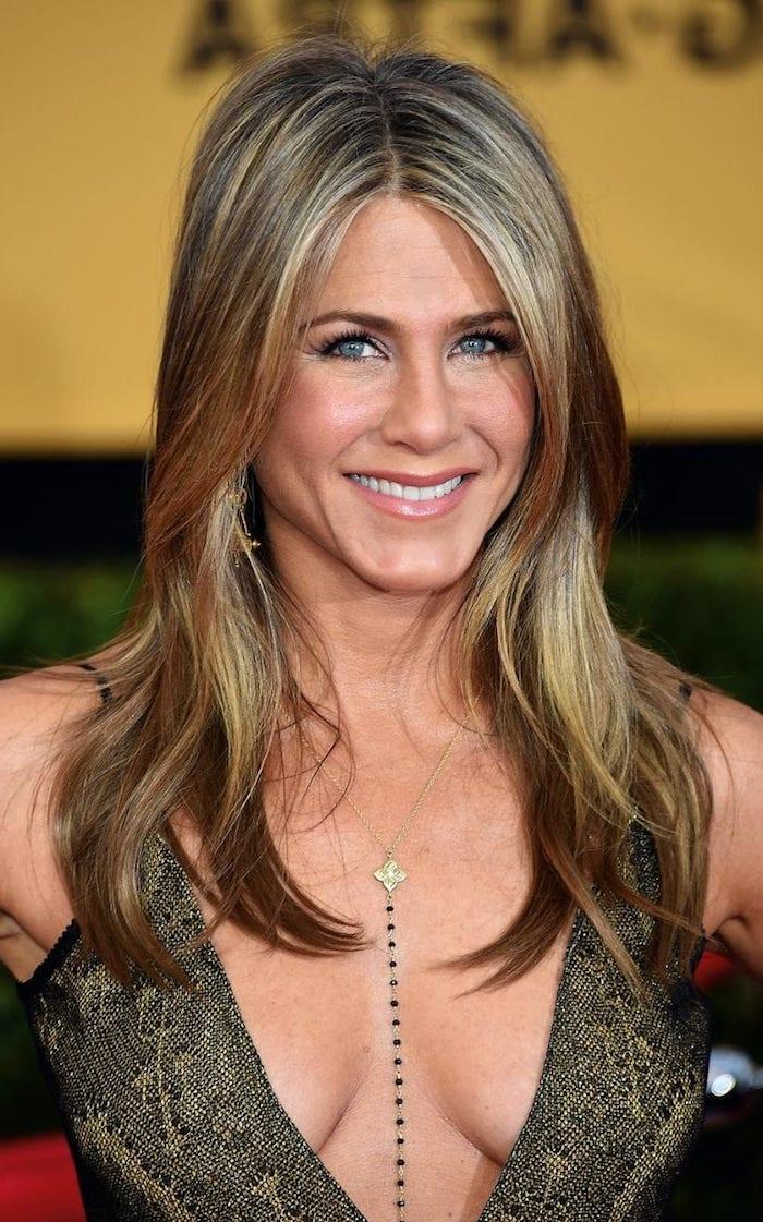 Jennifer Aniston Haarstyle, lange Haare mit Mittelscheitel, blonde Strähnchen, Abendkleid mit V-Ausschnitt
