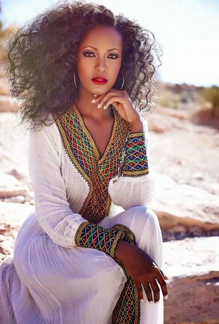 afrikanische kleider, weißes kleid mit bunten elementen, roter lippenstift, große ohrringe