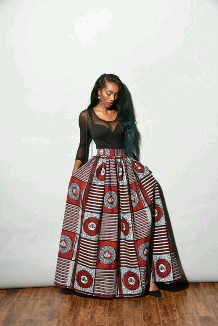 afrikanische kleidung ideen zum stilvollen und attraktivem look, schwarze bluse dicht am körper und langes kleid blau und rot