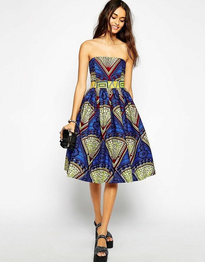 afrikanische kleider und interessante stoffprints, blau als hauptfarbe und gelb bunte dekorationen, kleid ohne ärmel