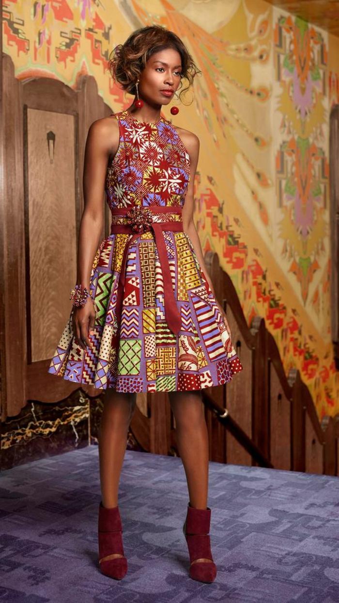 afrikanische kleider ideen, kurze haare, knielanges kleid mit bourdeauxrotem gürtel und roten schuhen, model