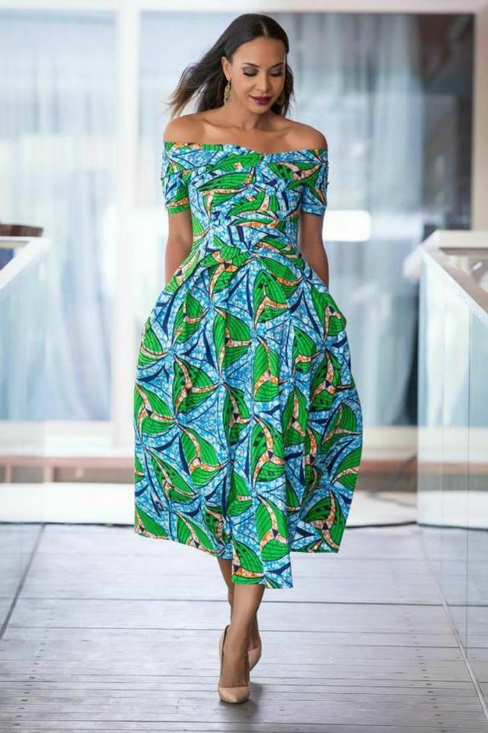orientalische kleidung oder afrikanisch, ein knöchellanges kleid in blau und grün, gelbe deko elemente, schöne frau