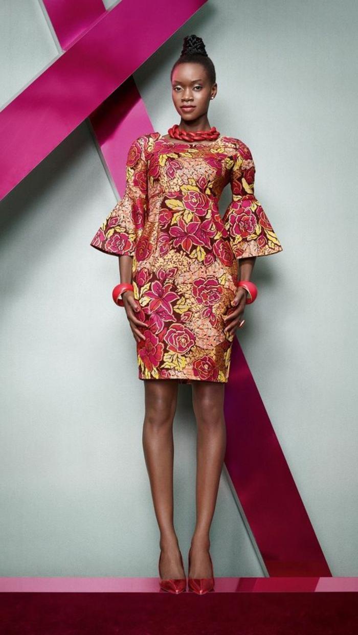 afrikanische kleider zum inspirieren, die erdfarben als muster, rot, gelb und oranges kleid mit breiten ärmeln, hochgebundene haare