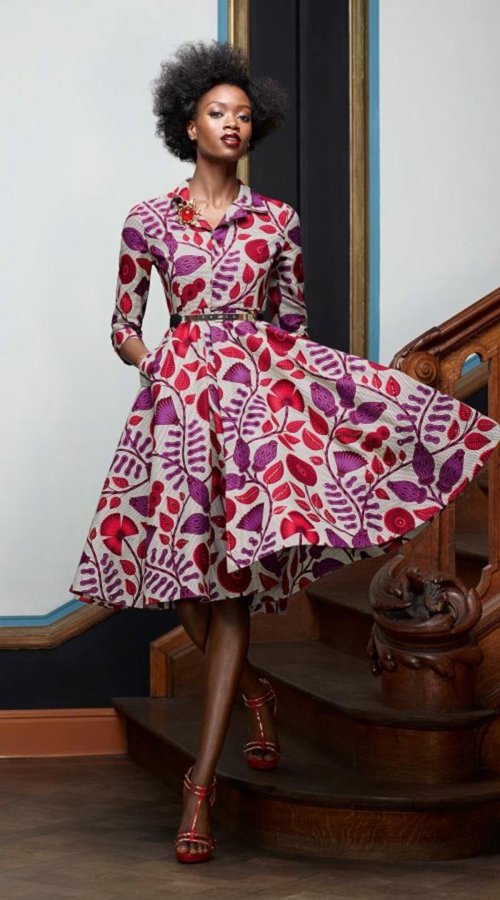 afrikanische kleider ideen, ein grauer stoff mit bunten lila und rosa dekorative blätter, afrofrisur für frauen, bild an der treppe