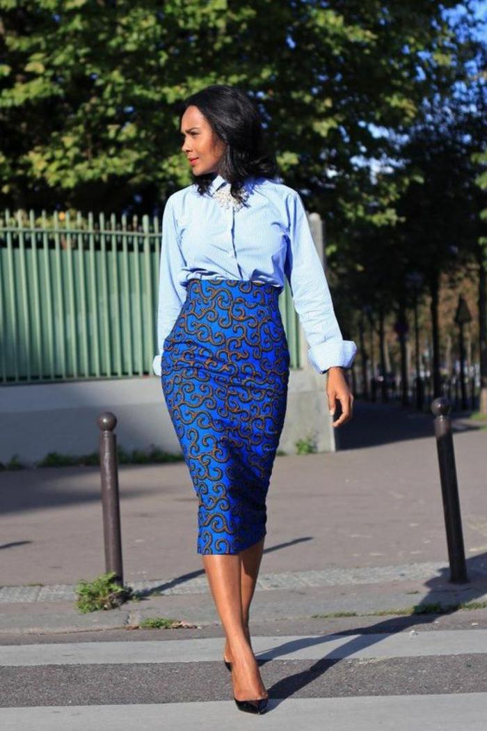 traditionelle afrikanische kleidung in moderner gestaltung, blauer bleistiftrock, hellblaues hemd, schwarze haare