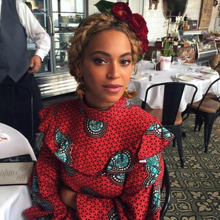 die stars wie beyonce und rihanna mögen gern traditionelle afrikanische kleidung tragen, rotes kleid in kombination mit rotem haarschmuck und einen zopf als frisur