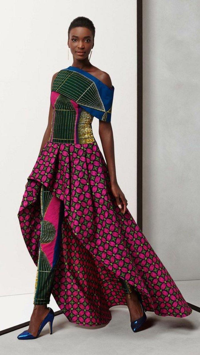 stoffe online kaufen, bunte dunkle farben bei dem outfit in afrika hose mit kleid kombinieren