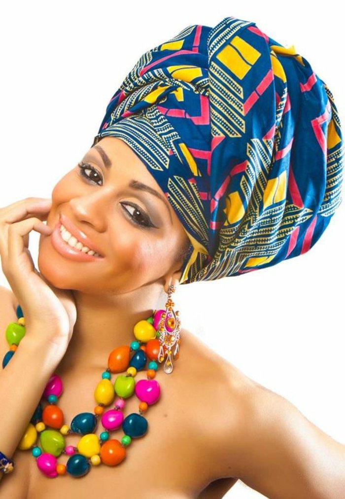 afrikanische muster und stilideen für damenmode, kopftuch, turban in gesättigten bunten farben, große kette am hals