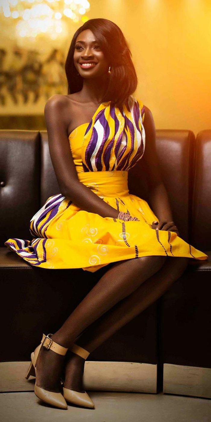 afrikanische muster ideen zu besonderen anlässen, elegante frau mit gelbem kleid und prächtige dekorationen