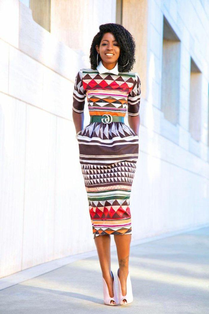 geometrische afrikanische muster am kleid einer modernen businessfrau, gürtel von gucci, großes lächeln, unterknie langes kleid