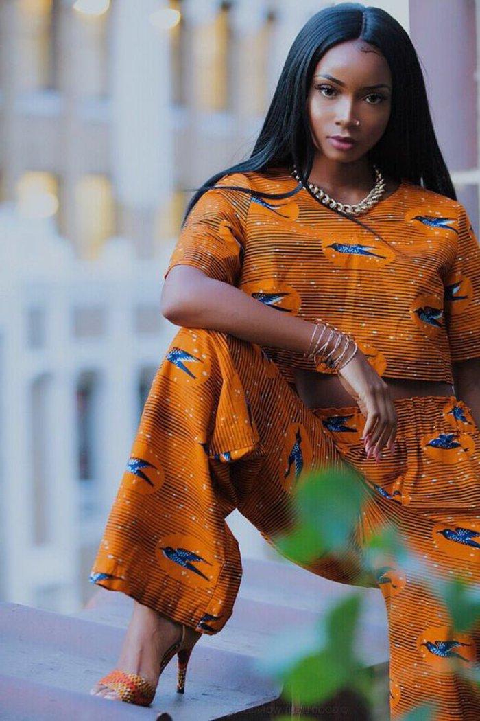 afrikanische muster bei der modernen bekleidung von frauen, orangen farbe outfit unter und oberteil, hip hop style frauen, accessoires kette armbänder