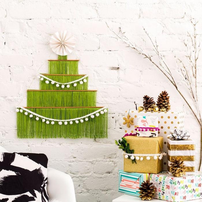 alternativer weihnachtsbaum basteln, weiße wand, grüne fransen, baumspitze aus papier