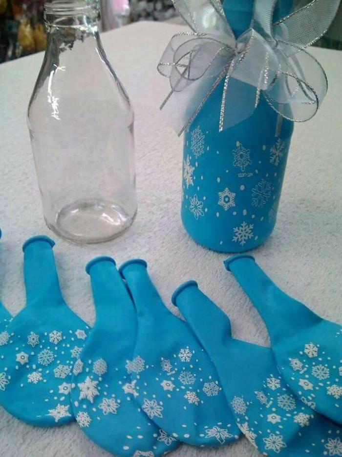 eine schlaue Idee für Tischdecko im Winter mit Schneeflocken, eine weiße Schleife, Geburtstagdeko