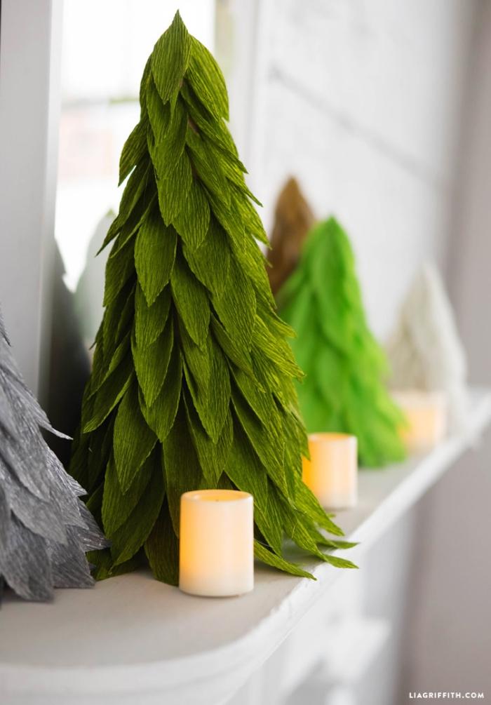 drei kerzen bastelanleitung tannenbaum aus papier falten, grünes krepppapeier