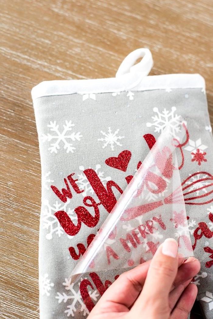 Backhandschuh mithilfe einer Schablone dekorieren, mit Weihnachtsmotiven, DIY Ideen für Weihnachtsgeschenke