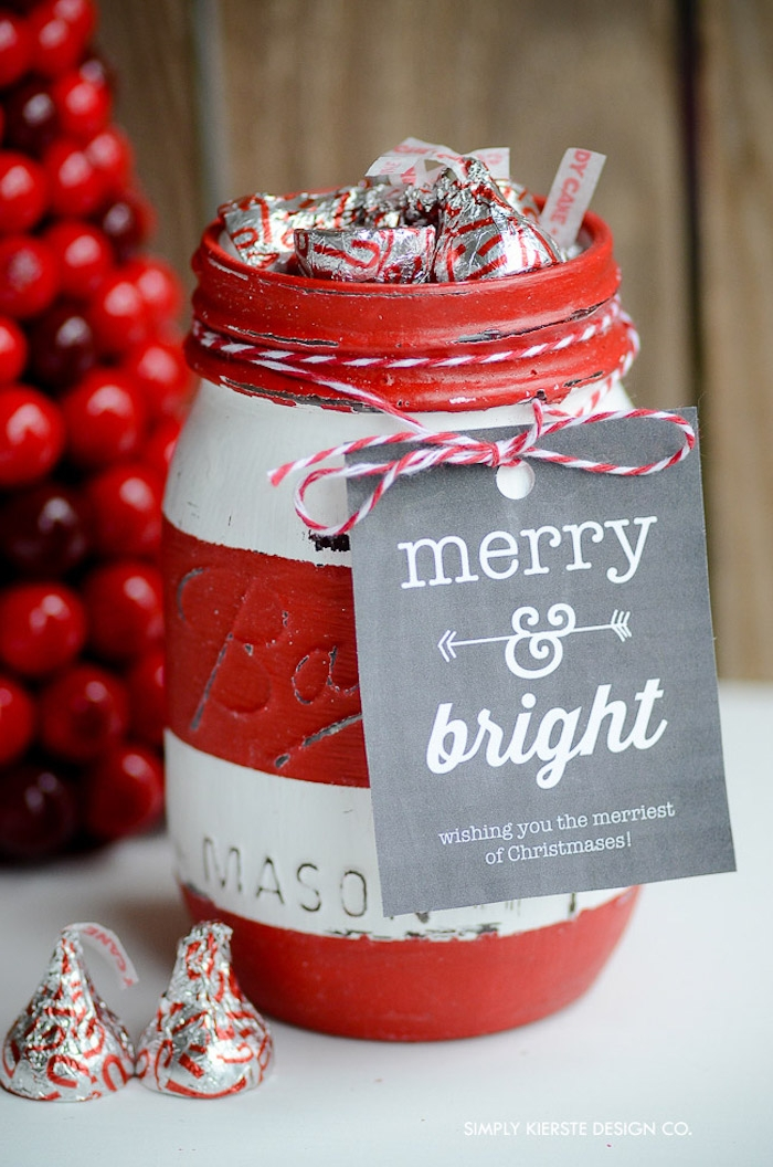 Einmachglas in zwei Farben bemalen, Pralinen darin füllen, Anhänger Merry & Bright, kleines Geschenk zu Weihnachten