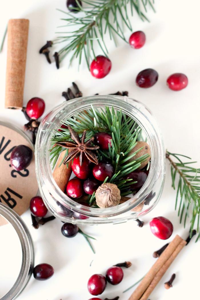 Beeren, Zimt und Tannenzweige in kleines Einmachglas füllen, kreatives DIY Geschenk zu Weihnachten