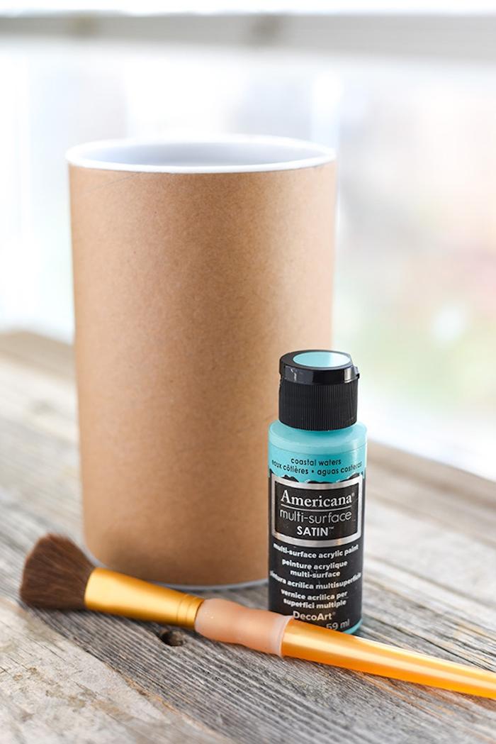 Zylinder aus Karton basteln, mit blauer Farme bemalen, Schachtel für Leckereien oder kleine Weihnachtsgeschenke