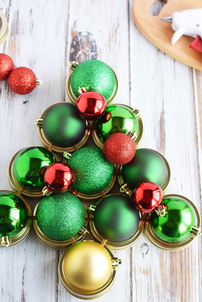 weihnachtsdeko basteln, rote und grüne weihnachtskugel, diy bastelanleitung, christbaum