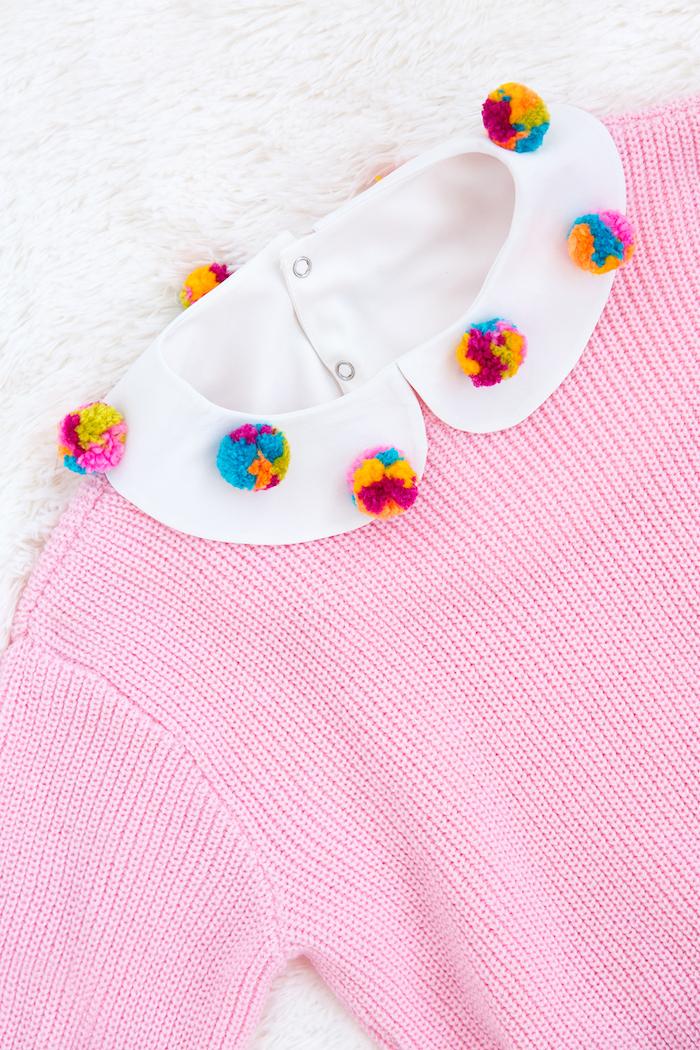 Rosa Pullover mit weißem Kragen, bunte Bommeln befestigen, kreatives Weihnachtsgeschenk für Freundin