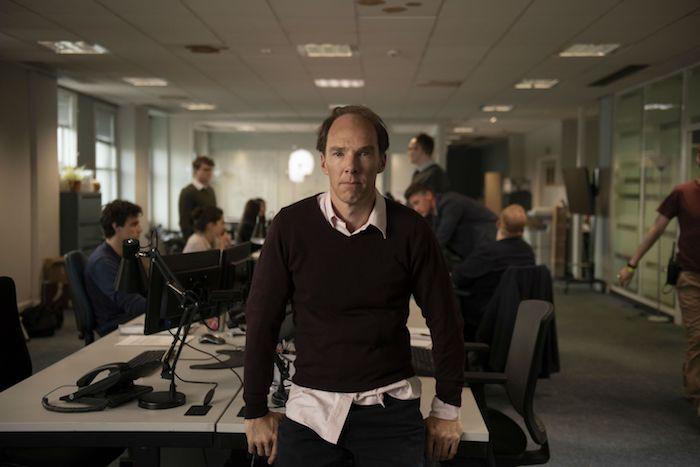 Benedict Cumberbatch - der schauspieler, der Dominic-Cummings im neuen Brexit Film verkörpert, schreibtisch  im büro mit lampen, ein mann mit einem braunen pullover und einem pinken hemd