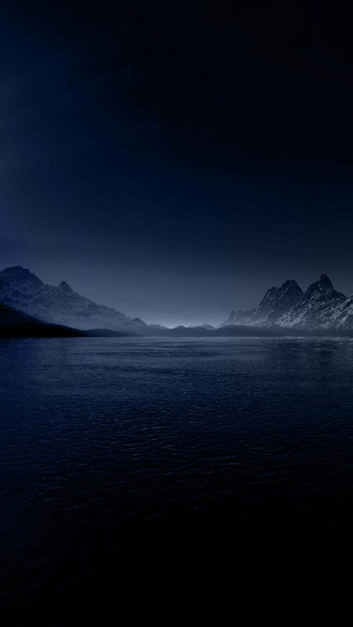 schöne Hintergrundsbilder, mit Schnee bedeckte Berge, ein glattes Wasser von Meer, dunkelblauer Himmel